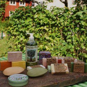Tvålkategori. Tvålar i fast och flytande form. Tvålmakarens egengjorda tvålar och från Frankrike. Små, stora eller flytande tvål. Gåsägg.