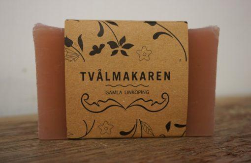 Ekologisk Handgjord tvål. Rektangulärgformad och inslagen i brunt papper med Tvålmakarens logga på. Rödbrun färg, doft av Autumn woods.