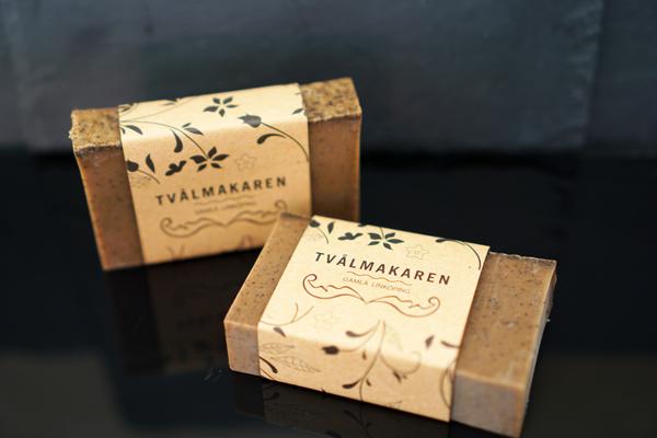 Ekologisk Handgjord tvål. Rektangulärgformad och inslagen i brunt papper med Tvålmakarens logga på. Brun färg, doft av Kökstvål, rosmarin och kaffe.