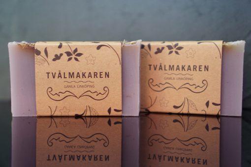 Ekologisk Handgjord tvål. Rektangulärgformad och inslagen i brunt papper med Tvålmakarens logga på. Lila färg, doft av Lavendel.