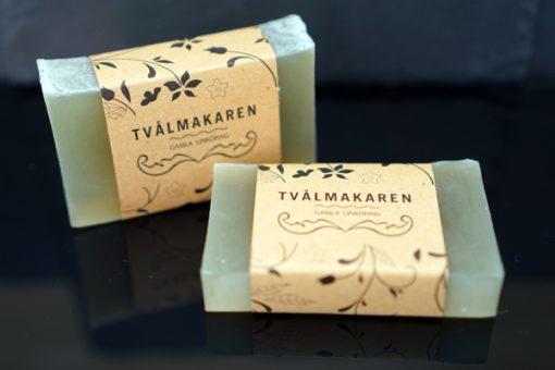Ekologisk Handgjord tvål. Rektangulärgformad och inslagen i brunt papper med Tvålmakarens logga på. Grön färg, doft av Myggfri.
