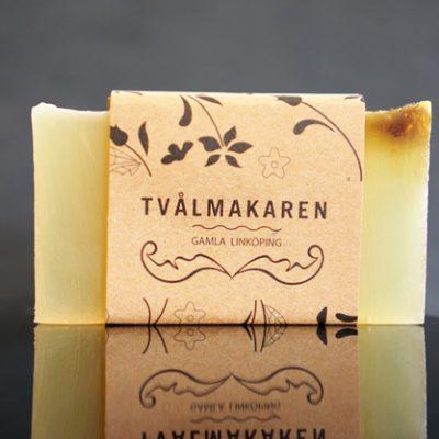 Ekologisk Handgjord tvål. Rektangulärgformad och inslagen i brunt papper med Tvålmakarens logga på. Gul färg, doft av Plus.