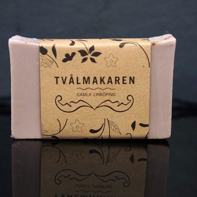 Ekologisk Handgjord tvål. Rektangulärgformad och inslagen i brunt papper med Tvålmakarens logga på. Beige färg kryddad med kanel, doft av Pepparkaka.