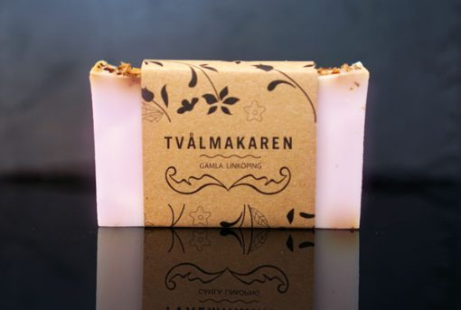 Ekologisk Handgjord tvål. Rektangulärgformad och inslagen i brunt papper med Tvålmakarens logga på. Ljusrosa färg, doft av Romantik och ros.