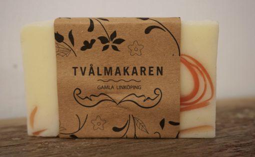Ekologisk Handgjord tvål. Rektangulärgformad och inslagen i brunt papper med Tvålmakarens logga på. Ljusgul och röd färg, doft av Summer fever.
