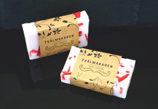 Ekologisk Handgjord tvål. Rektangulärgformad och inslagen i brunt papper med Tvålmakarens logga på. Vit och röd färg, doft av Winter comfort.