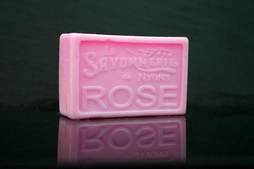 100 gram Rektangulärformad tvål från Frankrike. Tryckt text på framsidan. Rosa färg, doft av Ros.