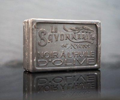 100 gram Rektangulärformad tvål från Frankrike. Tryckt text på framsidan. Svart färg, doft av Svart oliv.