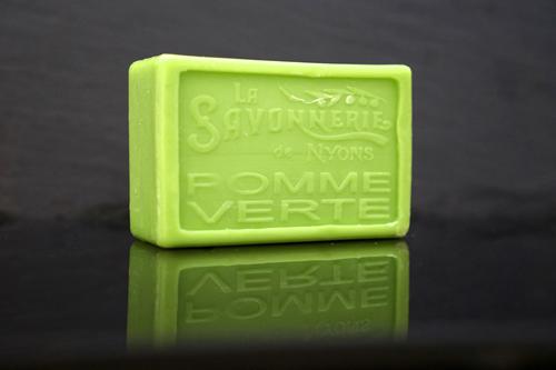 100 gram Rektangulärformad tvål från Frankrike. Tryckt text på framsidan. Grön färg, doft av Grönt äpple.