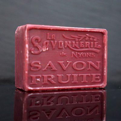 100 gram Rektangulärformad tvål från Frankrike. Tryckt text på framsidan. Vinröd färg, doft av Fruktig.