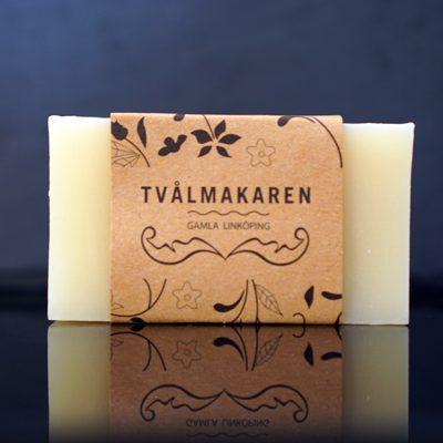 Ekologisk Handgjord tvål. Rektangulärgformad och inslagen i brunt papper med Tvålmakarens logga på. Ljusgul färg, Balansera.