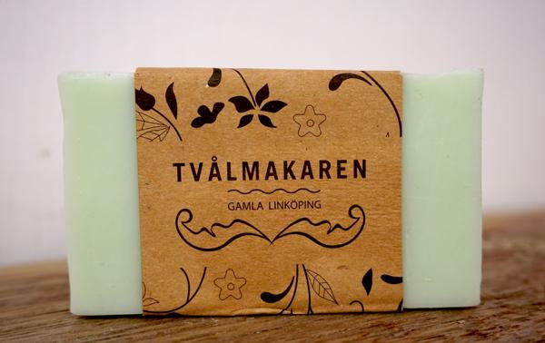 Ekologisk Handgjord tvål. Rektangulärgformad och inslagen i brunt papper med Tvålmakarens logga på. Ljusgrön färg, doft av Citrus sunshine.
