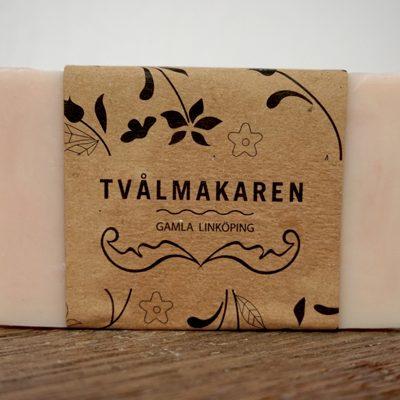 Ekologisk Handgjord tvål. Rektangulärgformad och inslagen i brunt papper med Tvålmakarens logga på. Rosa färg, doft av Strawberry and cream.