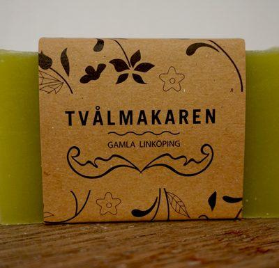 Ekologisk Handgjord tvål. Rektangulärgformad och inslagen i brunt papper med Tvålmakarens logga på. Grön färg, doft av Winter is coming.