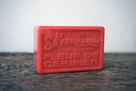100 gram Rektangulärformad tvål från Frankrike. Tryckt text på framsidan. Röd färg, doft av Körsbärsblomma.