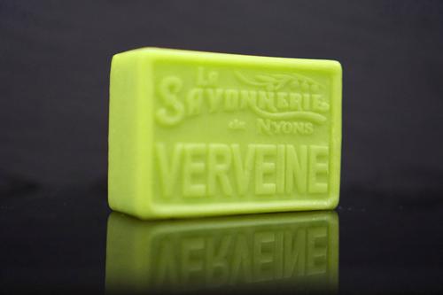 100 gram Rektangulärformad tvål från Frankrike. Tryckt text på framsidan. Ljusgrön färg, doft av Verbena.
