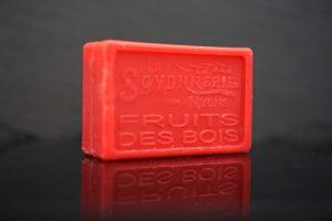 100 gram Rektangulärformad tvål från Frankrike. Tryckt text på framsidan. Klarröd färg, doft av Skogsbär.