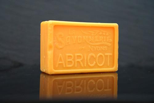 100 gram Rektangulärformad tvål från Frankrike. Tryckt text på framsidan. Orange färg, doft av Aprikos.