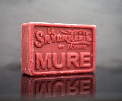 100 gram Rektangulärformad tvål från Frankrike. Tryckt text på framsidan. Mörkare vinröd färg, doft av Björnbär.