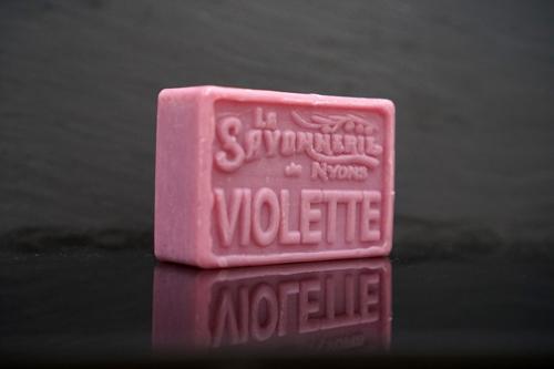 100 gram Rektangulärformad tvål från Frankrike. Tryckt text på framsidan. Ljuslila färg, doft av Viol.