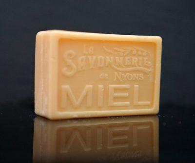 100 gram Rektangulärformad tvål från Frankrike. Tryckt text på framsidan. Beige färg, doft av Honung.