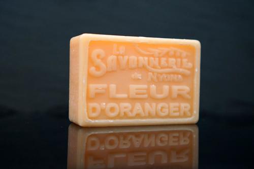 100 gram Rektangulärformad tvål från Frankrike. Tryckt text på framsidan. Orange färg, doft av Apelsinblomma.