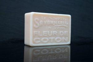 100 gram Rektangulärformad tvål från Frankrike. Tryckt text på framsidan. Vit färg, doft av Bomullsblomma.