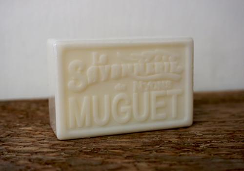 100 gram Rektangulärformad tvål från Frankrike. Tryckt text på framsidan. Vit färg, doft av Liljekonvalj.