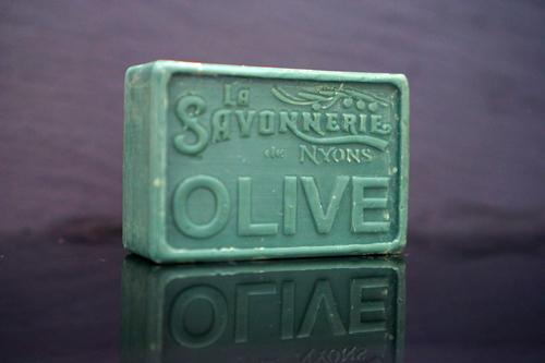 100 gram Rektangulärformad tvål från Frankrike. Tryckt text på framsidan. Mörkgrön färg, doft av Oliv.
