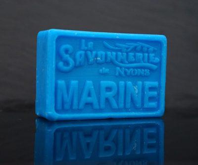 100 gram Rektangulärformad tvål från Frankrike. Tryckt text på framsidan. Blå färg, doft av Marin.