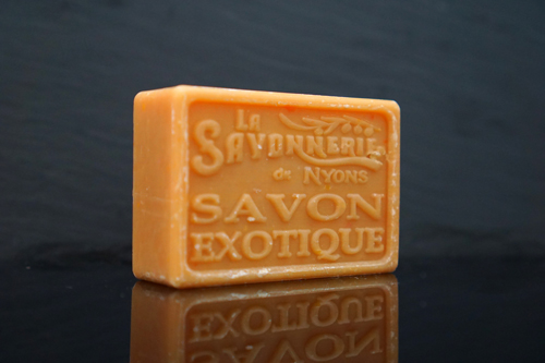 100 gram Rektangulärformad tvål från Frankrike. Tryckt text på framsidan. Orange och brun färg, doft av Exotisk.