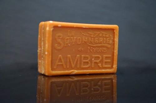 100 gram Rektangulärformad tvål från Frankrike. Tryckt text på framsidan. Brun färg, doft av Ambra.