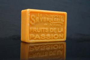 100 gram Rektangulärformad tvål från Frankrike. Tryckt text på framsidan. Gul-orange färg, doft av Passionsfrukt.
