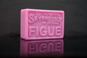 100 gram Rektangulärformad tvål från Frankrike. Tryckt text på framsidan. Lila färg, doft av Fikon.
