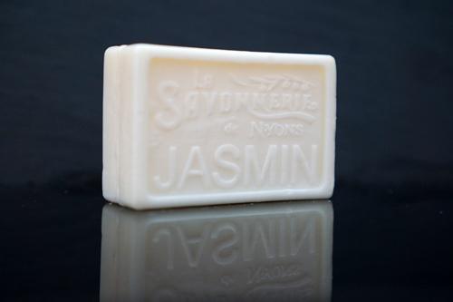 100 gram Rektangulärformad tvål från Frankrike. Tryckt text på framsidan. Vit färg, doft av Jasmin.