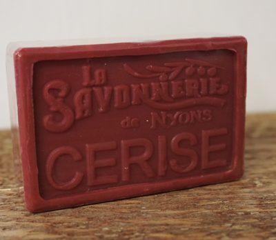 100 gram Rektangulärformad tvål från Frankrike. Tryckt text på framsidan. Mörkare röd färg, doft av Körsbär.