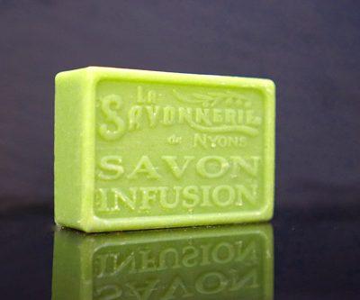 100 gram Rektangulärformad tvål från Frankrike. Tryckt text på framsidan. Klargrön färg, doft av Infusion.