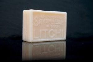 100 gram Rektangulärformad tvål från Frankrike. Tryckt text på framsidan. Krämvit färg, doft av Litchi.