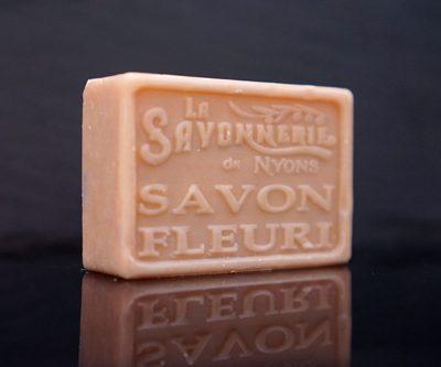 100 gram Rektangulärformad tvål från Frankrike. Tryckt text på framsidan. Gammaldags rosa färg, doft av Blommig.