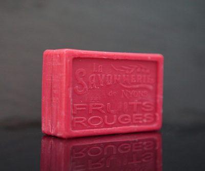 100 gram Rektangulärformad tvål från Frankrike. Tryckt text på framsidan. Klarröd färg, doft av Röda Bär.