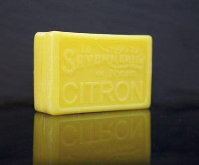100 gram Rektangulärformad tvål från Frankrike. Tryckt text på framsidan. Gul färg, doft av Citron.