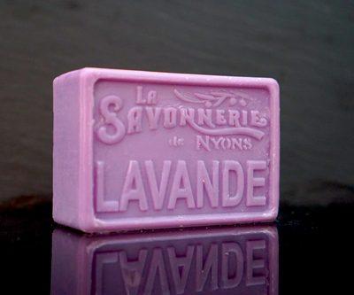 100 gram Rektangulärformad tvål från Frankrike. Tryckt text på framsidan. Lila färg, doft av Lavendel.