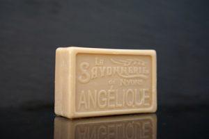 100 gram Rektangulärformad tvål från Frankrike. Tryckt text på framsidan. Mörkbeige färg, doft av Kvanne.
