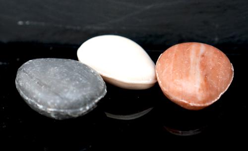 25 gram 3 Tvålar liknanade stenar i svart, vit och röd färg. Formade som en liten rund sten.