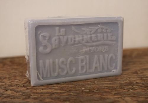 100 gram Rektangulärformad tvål från Frankrike. Tryckt text på framsidan. Ljusblå färg, doft av Vit mysk.