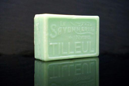 100 gram Rektangulärformad tvål från Frankrike. Tryckt text på framsidan. Blå-grön färg, doft av Lind.