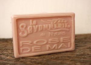 100 gram Rektangulärformad tvål från Frankrike. Tryckt text på framsidan. Ljusrosa färg, doft av Maj-Ros.