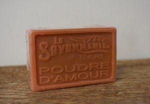 100 gram Rektangulärformad tvål från Frankrike. Tryckt text på framsidan. Mörkare rosa färg, doft av Rosa Puder.