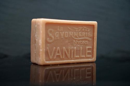 100 gram Rektangulärformad tvål från Frankrike. Tryckt text på framsidan. Beige färg, doft av Vanilj.