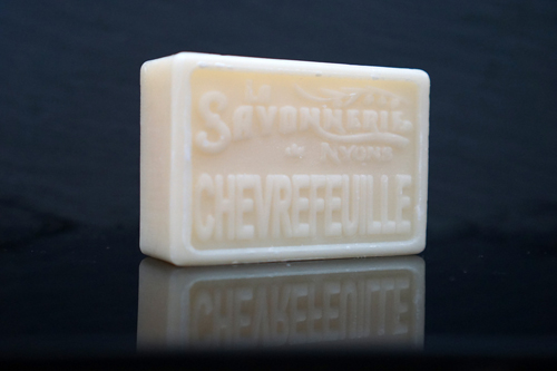100 gram Rektangulärformad tvål från Frankrike. Tryckt text på framsidan. Krämvit färg, doft av Kaprifol.